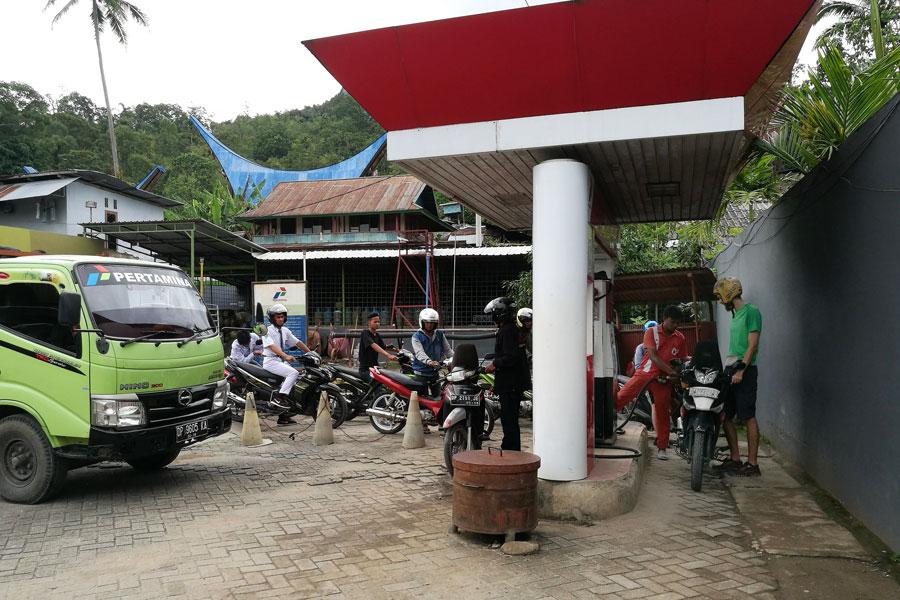File de motos à la pompe à essence