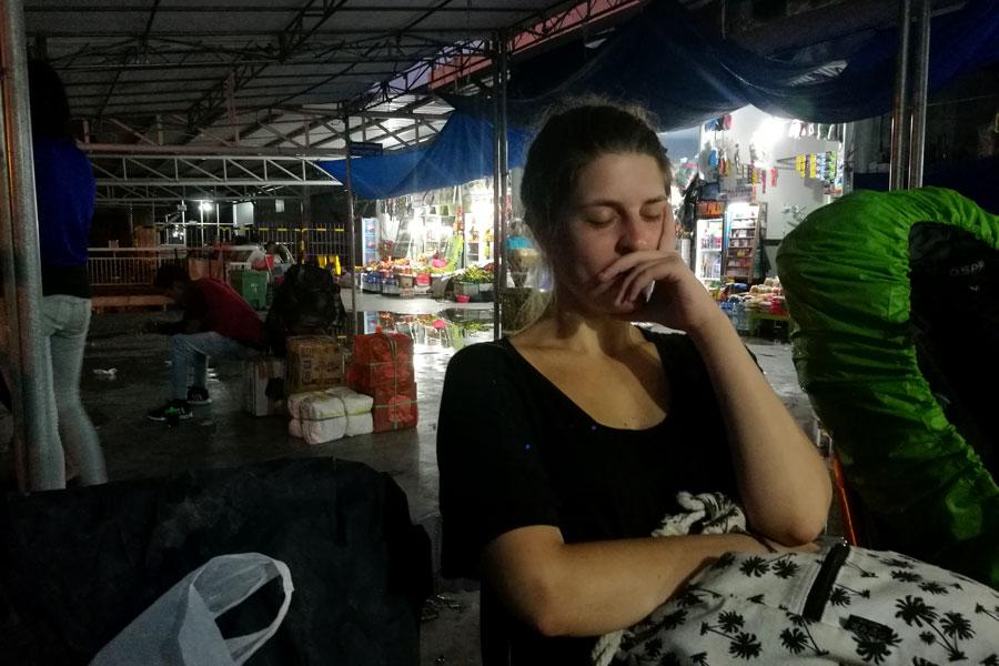 On patiente dans le terminal/marché durant la nuit