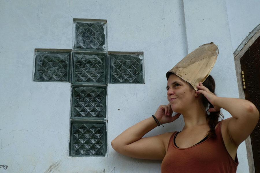 Francé fait le Pape avec des écorces de bambous