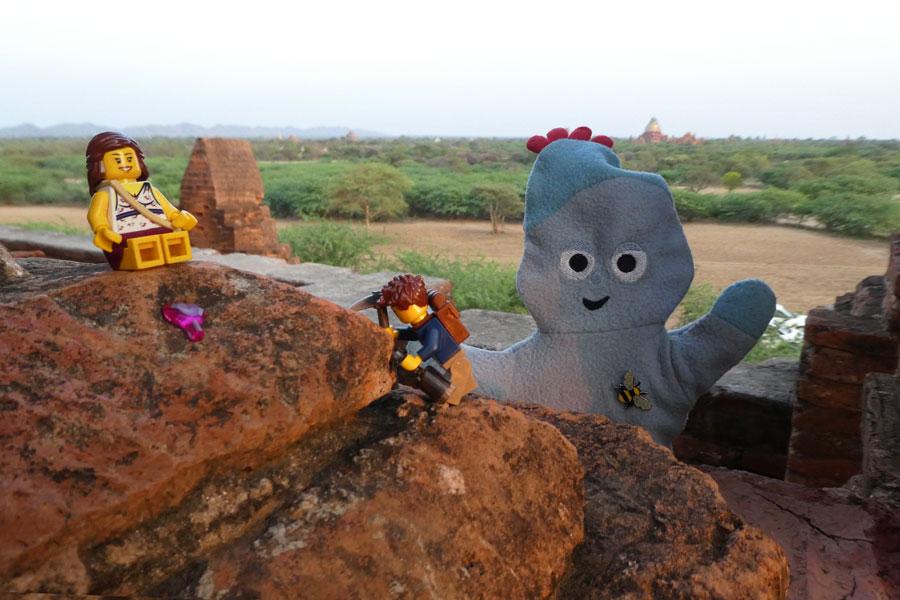 A la poursuite des temples à Bagan avec la mascotte de Wendie :D
