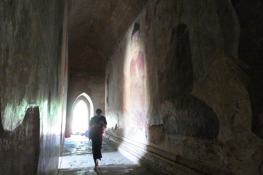 Les vielles fresques dans les couloirs des temples