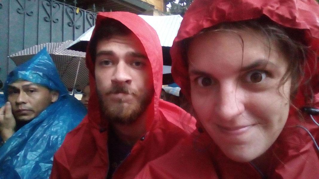 La pluie tombe devant l'ambassade