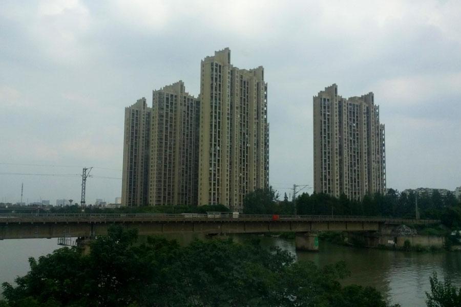 Le type d'immeubles surgissant de nulle part durant notre trajet de train