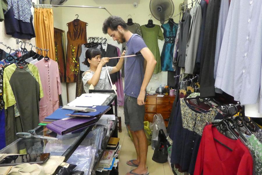 Prise de mesures pour les chemises et costumes de Paul
