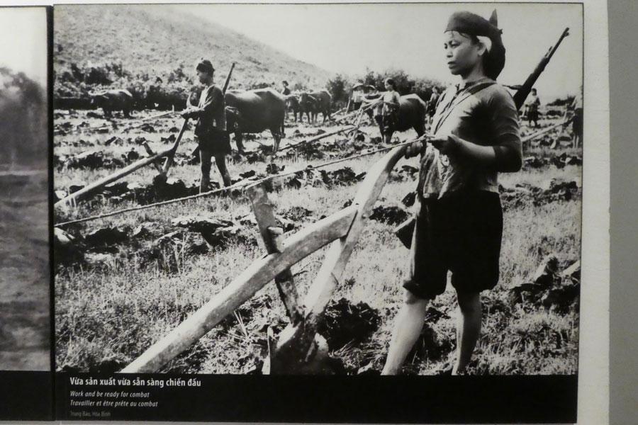Les femmes labourent les champs, un fusil dans le dos