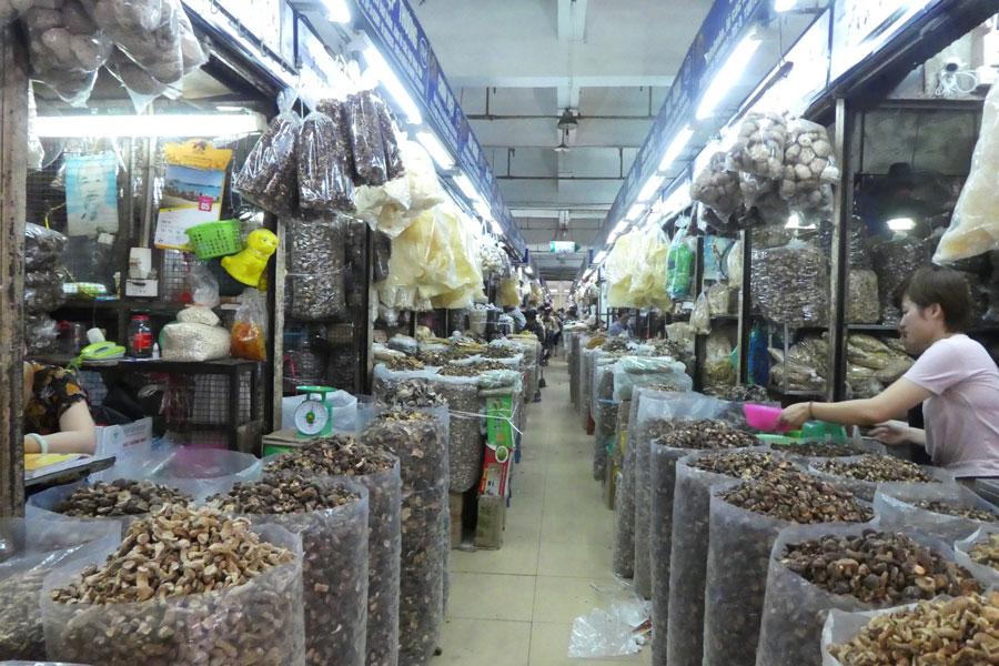 Plein de champignons séchés au marché