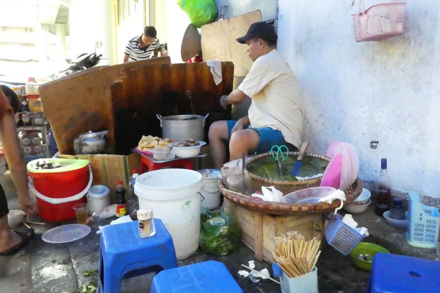 Petit stand de street food aux abords du marché