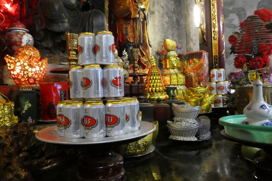 Des bières comme offrandes dans un temple