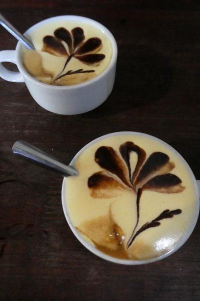 Deux cafés à l'oeuf