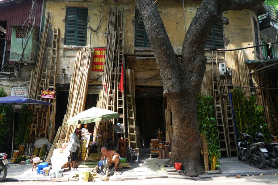 Une enseigne dans la rue aux vendeurs de bambous