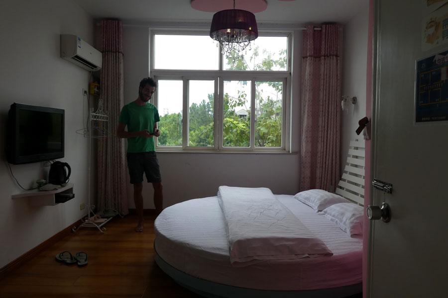 Un lit rond dans une chambre rose !