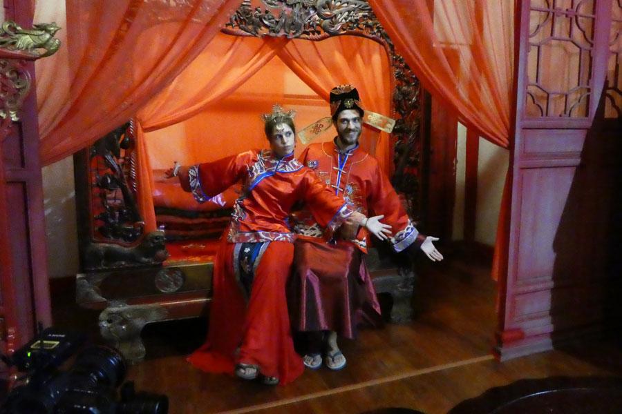 Pose en habits traditionnels de mariage