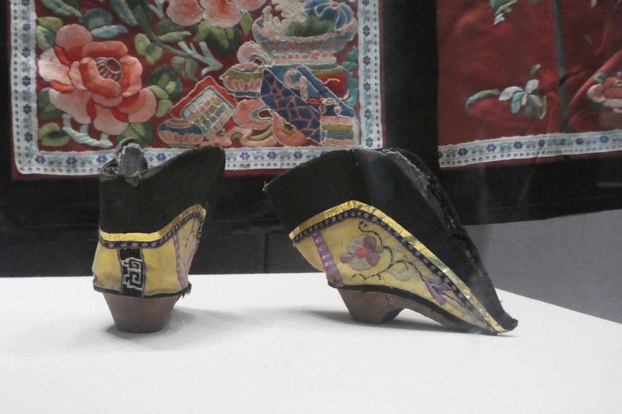 Le musée de la soie : les chaussures des femmes à pieds bandés