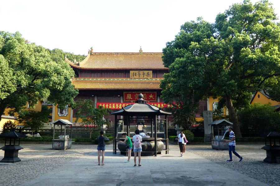 Les gens prient au monastère de Jìngcí