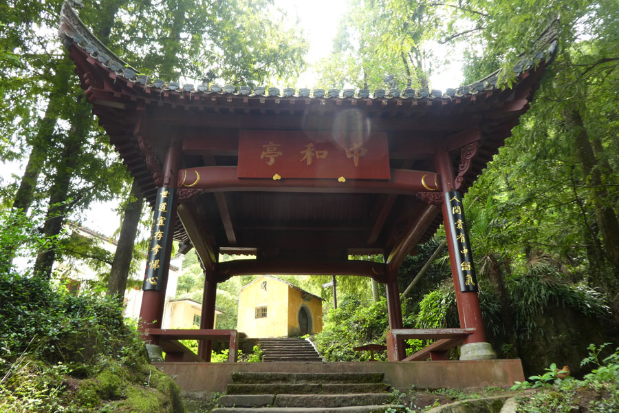13 pagodes se succèdent dans le long des escaliers