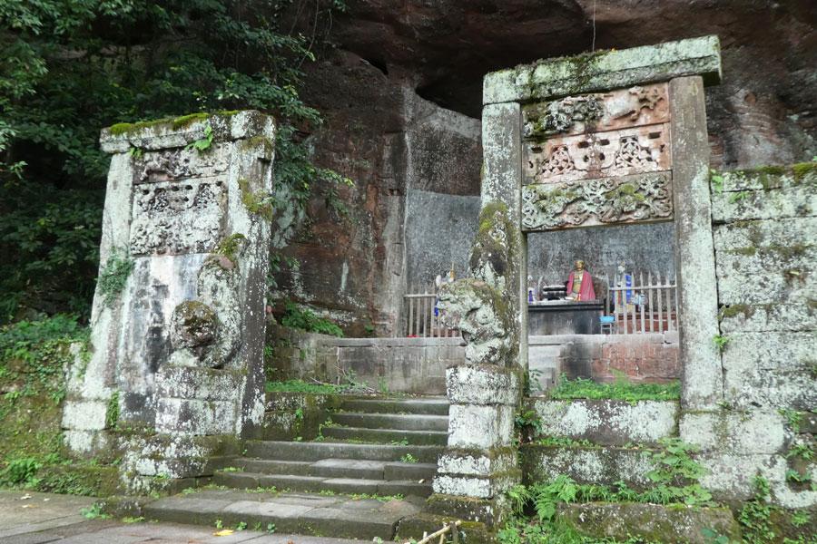 Plein de petits temples et sanctuaires bordent les allées