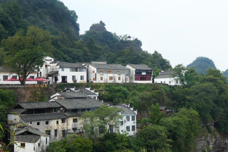Au bout, un joli petit village à flanc de colline