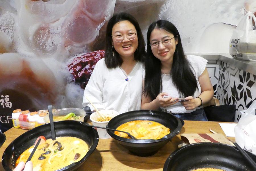 Deux jeunes filles nous invitent à gouter aux spécialités chinoises en échange d'une interview