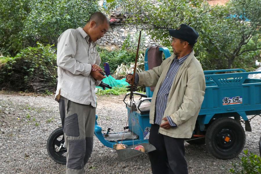 Un vendeur de pommes ambulant
