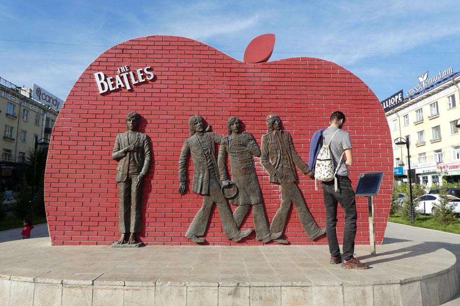 Un place dédiée aux Beatles, la raison: les mongols aiment écouter les Beatles.