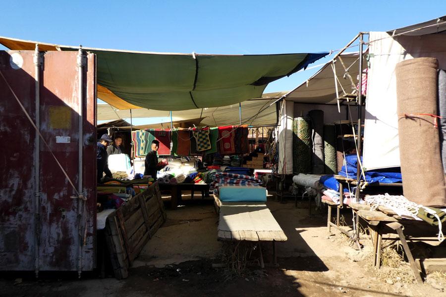 Le marché de Moron composé d'anciens containers pour faire les échoppes