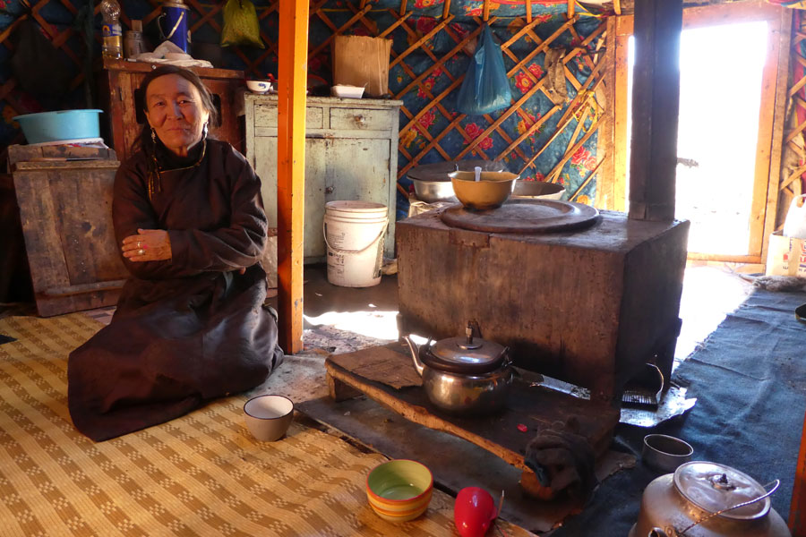 La propriétaire des chevaux nous fait entrer dans sa yourte pour un thé-au-lait