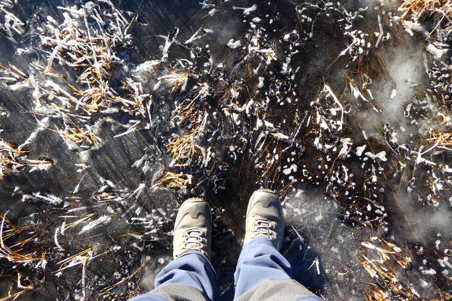Il faut briser la glace de la source gelèe pour faire les réserves d'eau.
