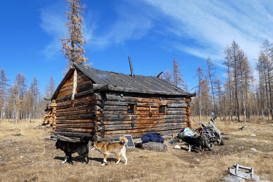 Une maison en rondins construite sur le camp d'hiver