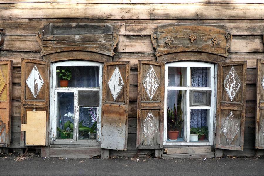 Maison typique de la région avec les fenêtres au niveau du sol